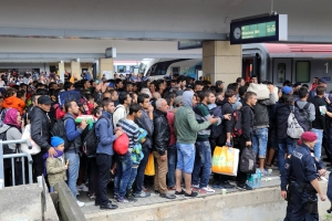 wien_-_westbahnhof_migranten_am_5_sep_2015